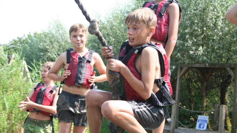 jongens bij water tijdens uitje met gezin