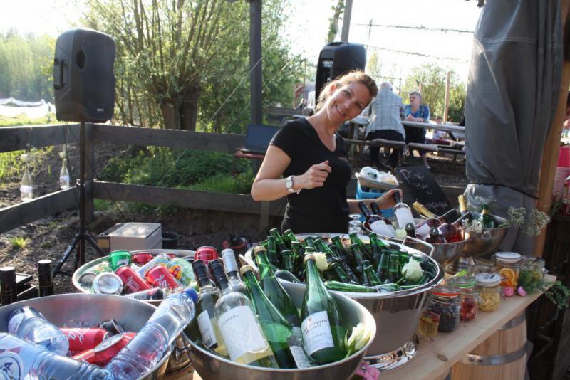 vrouw bij bar met drankjes tijdens vrijgezellenfeest in Almere