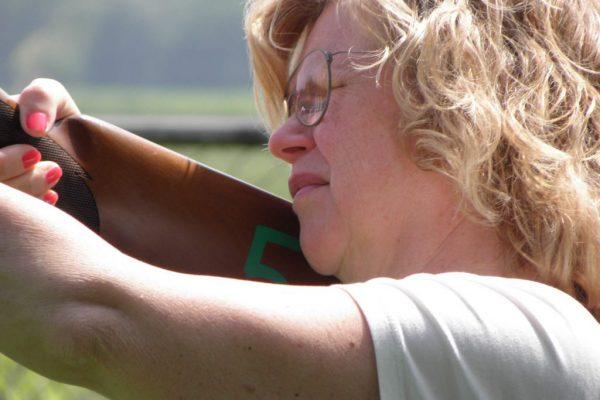vrouw schiet op kleiduiven