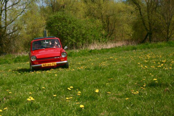 Dafje rijdt door grasveld bij Outdoorpark Almere