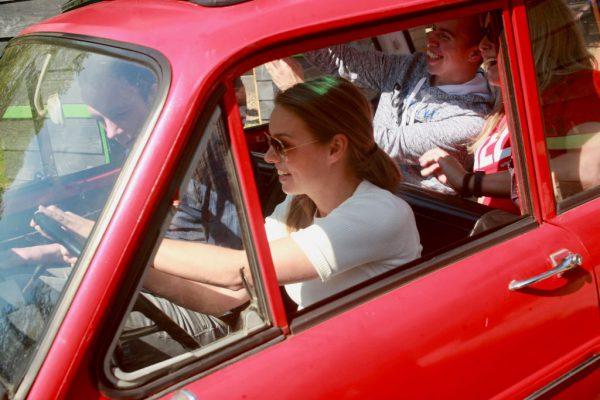 Collega's rijden in Dafje tijdens bedrijfsuitje