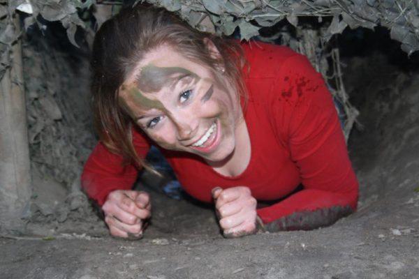 vrouw tijdens survival teamuitje