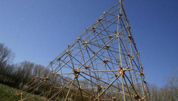 piramide van bamboe tegen blauwe lucht
