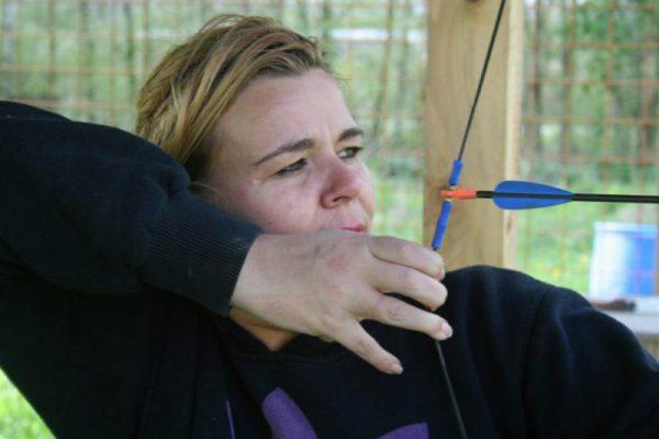 vrouw schiet met pijl en boog