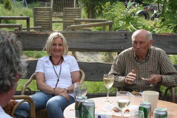 gasten op het terras met eten en drinken