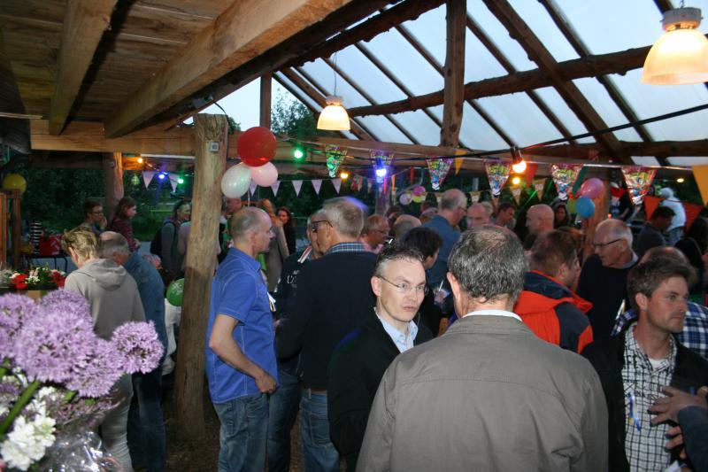 groep mensen op terras tijdens bedrijfsuitje in Almere
