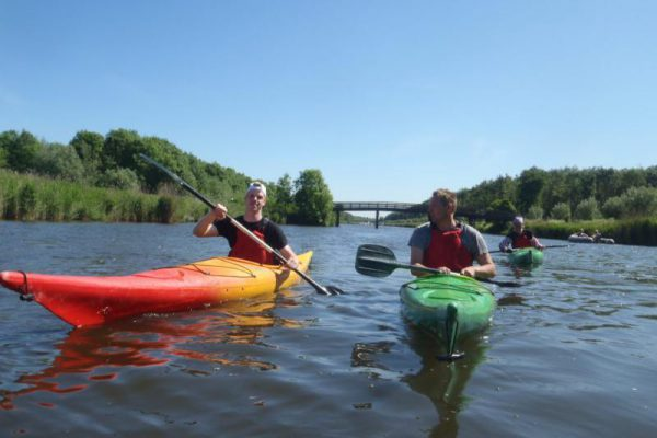 groep met kano vaart in Almere