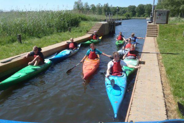 groep met kano in sluis bij Almere