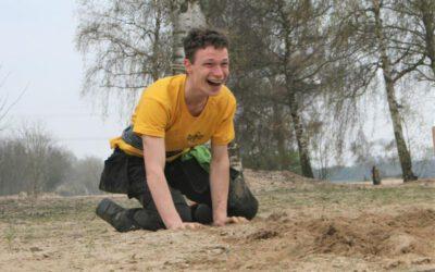 lachende-jongen-op-strand.jpg