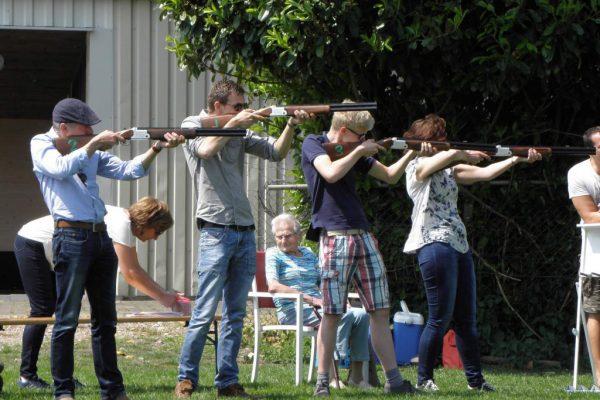 groep schiet met laser op kleiduiven