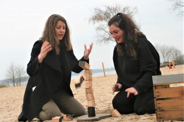 twee collega's op het strand