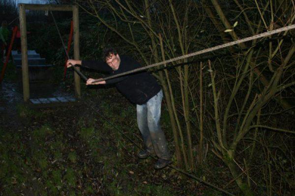 man in het donker tijdens survival
