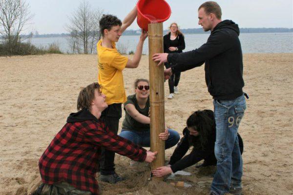 bedrijfsuitje op strand met team