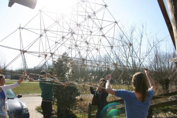 team bouwt bamboe piramide