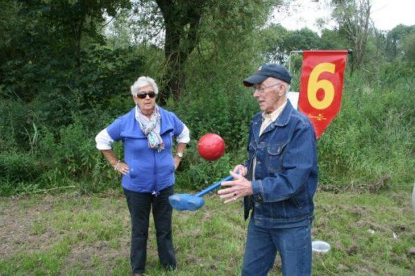 Man en vrouw spelen Boerengolf in Almere