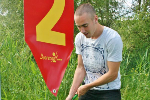Jonge man speelt Boerengolf Flevoland