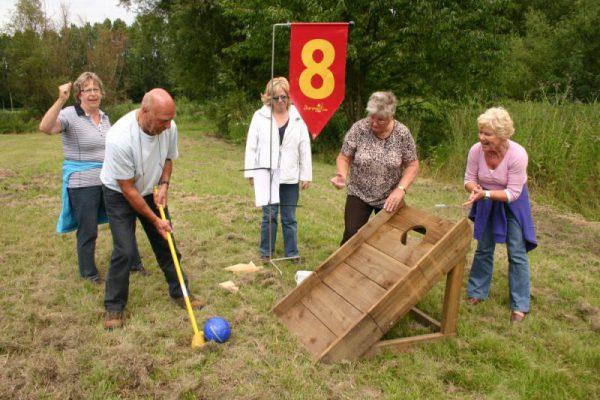 groep volwassenen spelen boerengolf
