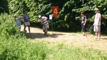 groep speelt boerengolf in natuur van Flevoland