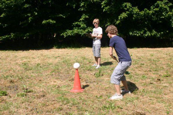 jongens slaan bal bij boerengolf