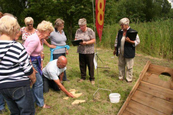 groep maakt puzzel bij boerengolf uitje