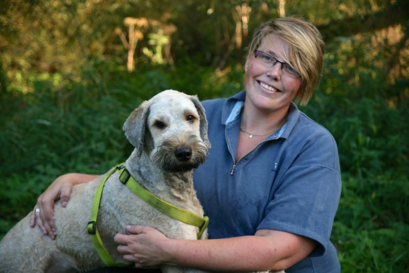 vrouw met haar hond tijdens dierendag