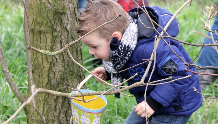 kind zoekt paaseieren in Almere