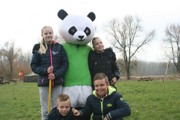 familie met pandabeer tijdens Paasuitje