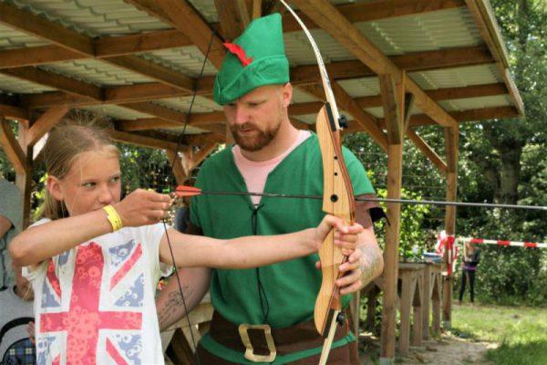 Robin Hood leert kind boogschieten
