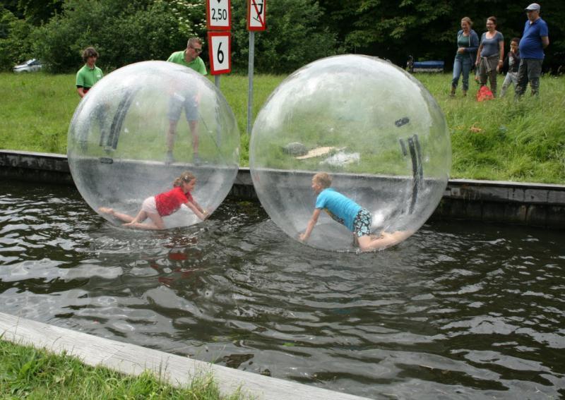 kinderen spelen in bal op het water