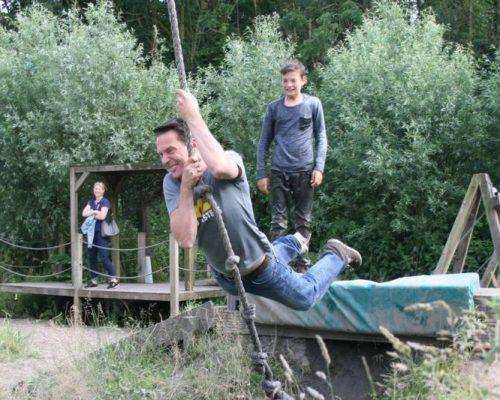 gezin bij waterswing tijdens sportief uitje Flevoland