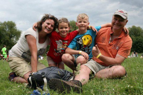 gezin zit op grasveld tijdens uitje in Almere
