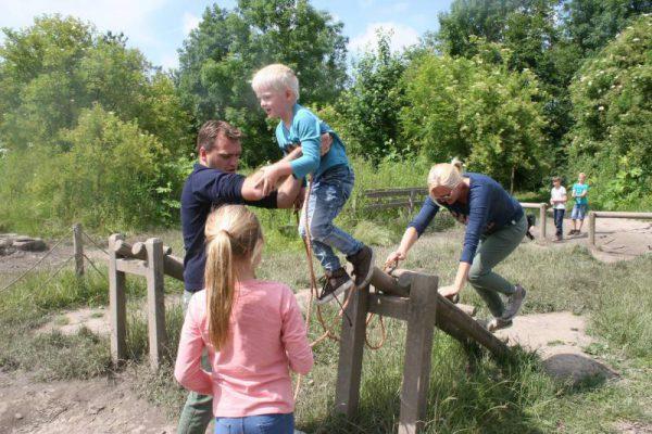 gezin op hindernisbaan tijdens uitje in Almere
