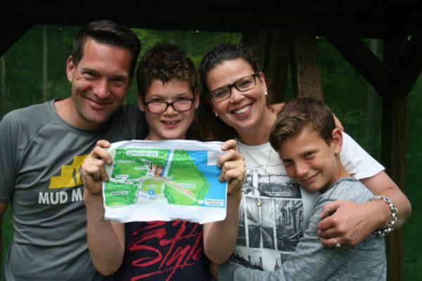 gezin vindt kaart tijdens expeditie familie uitje