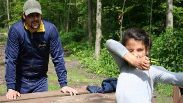 gezin bezig met boogschieten in Almere
