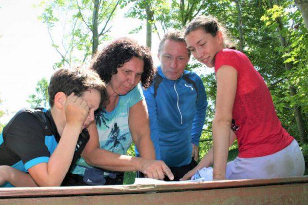 gezin overleg tijdens speurtocht