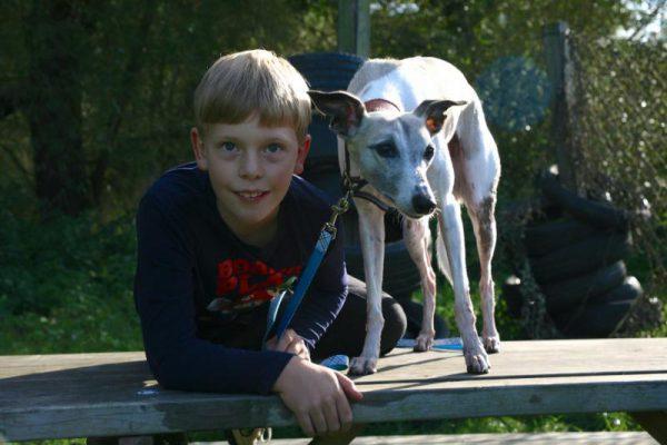 jongen poseert met zijn hond