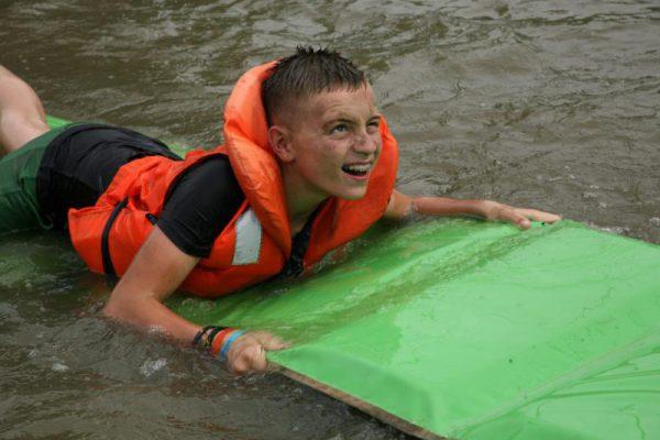 jongen met zwemvest in het water bij SEC ALmere