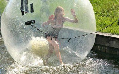 kinderen in bal op het water tijdens vakantie-uitje