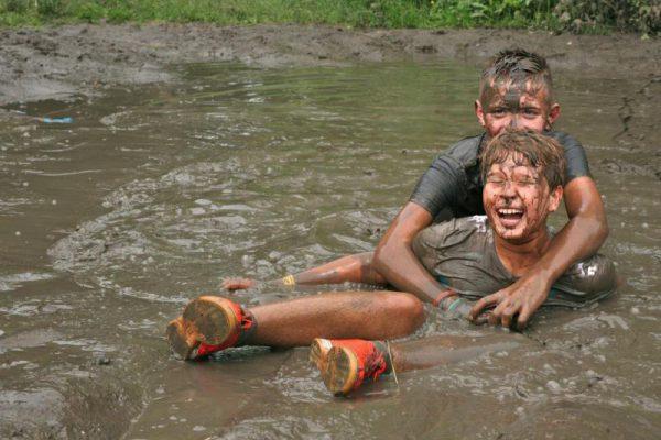 kinderen met modder en water