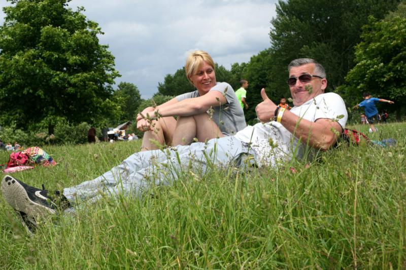 man en vrouw in het gras bij Outdoorpark Almere