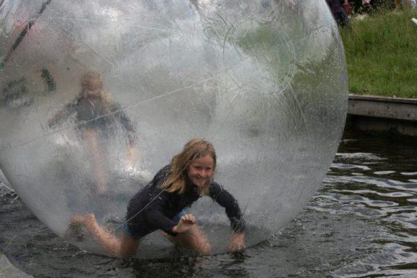 meisje in bal op het water