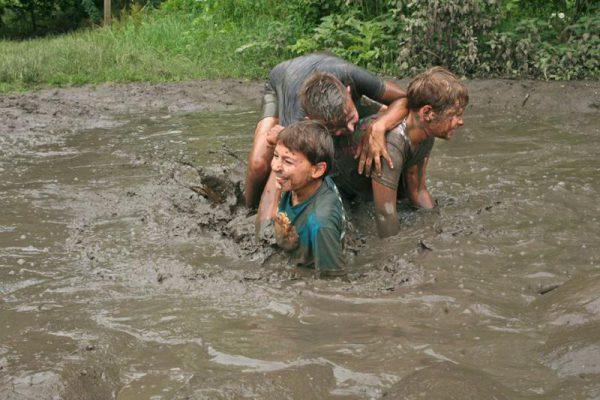 kinderen spelen in modder
