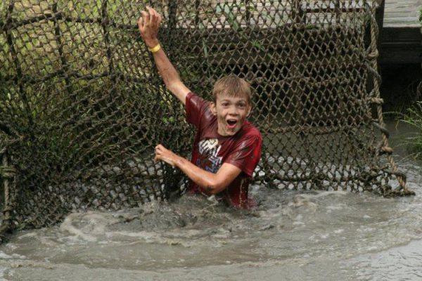 kinderen spelen in water en modder
