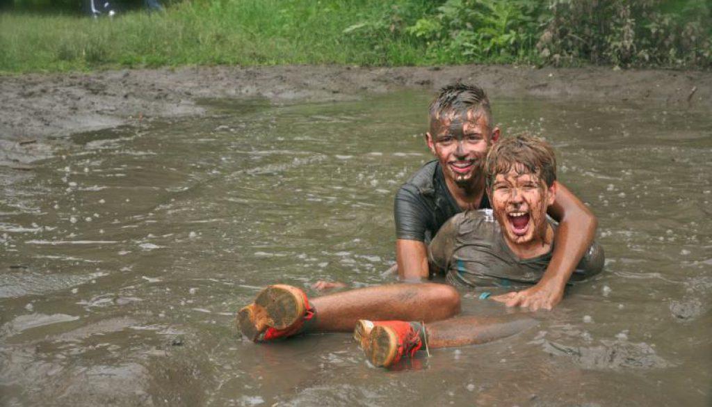 lachende jongens in de modder