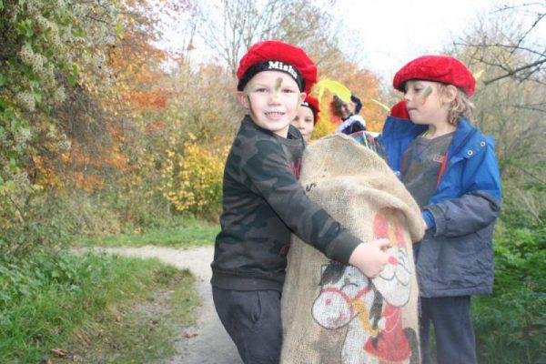 kinderen met sinterklaaspakjes