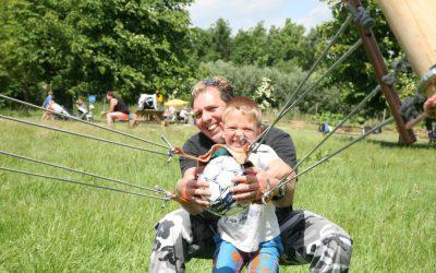 vader en zoon actief tijdens uitje Almere