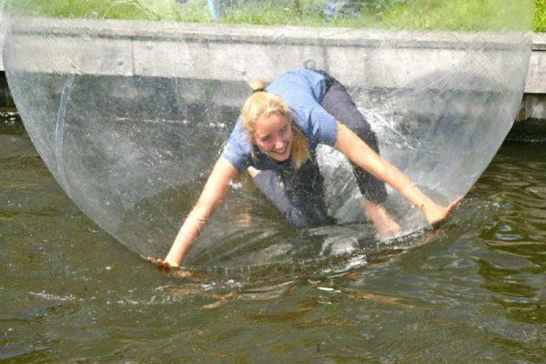 vrouw in waterbal op het water in Almere