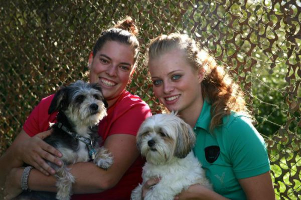 vrouwen poseren met hun hond