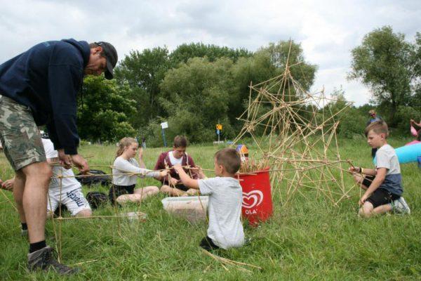 kinderen bouwen piramide in vakantie