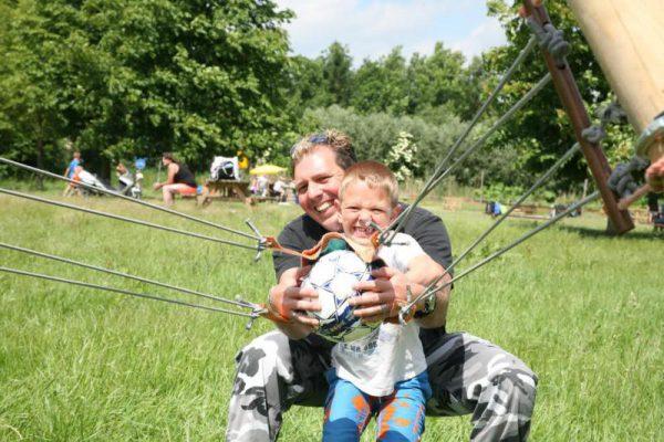vader en zoon tijdens actief uitje in Almere